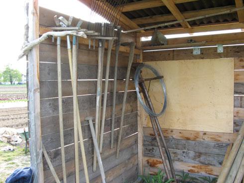 Tous les outils se trouvent dans la cabane en bois.